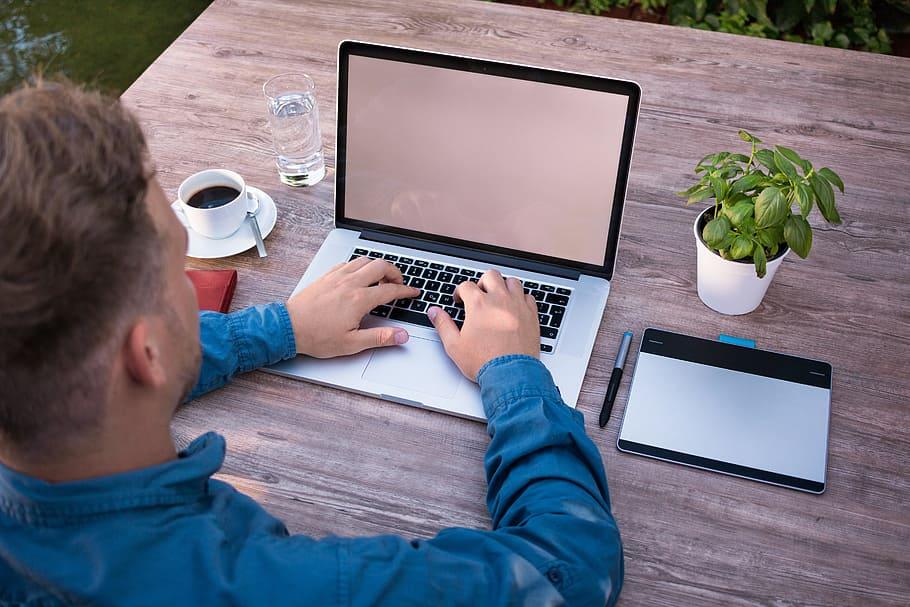 Kiedy najlepiej założyć firmę? Biznes wśrednim wieku. 3 zalety i3 wady prowadzenia firmy po40. roku życia